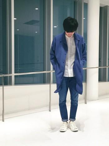 ブルーと白の2色使いのコーディネートで、統一感のあるスタイルが爽やか!