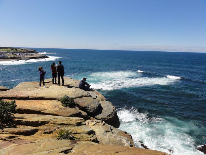 岩場で打ち寄せる波を眺めながら、のんびり過ごすのも良いですよ♪