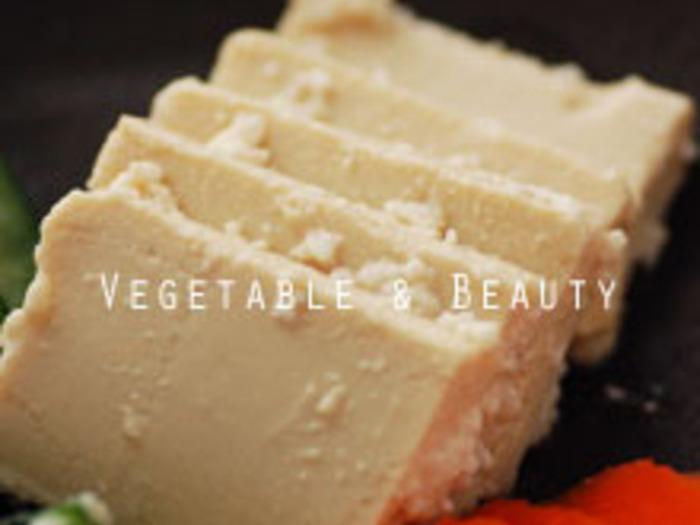 豆腐の塩麹漬けも、豆腐とは思えない濃厚な味わい。今回は、そんな豆腐の調味漬けやオリーブオイル豆腐など、簡単だけど意外な豆腐の食べ方をたっぷりご紹介します♪