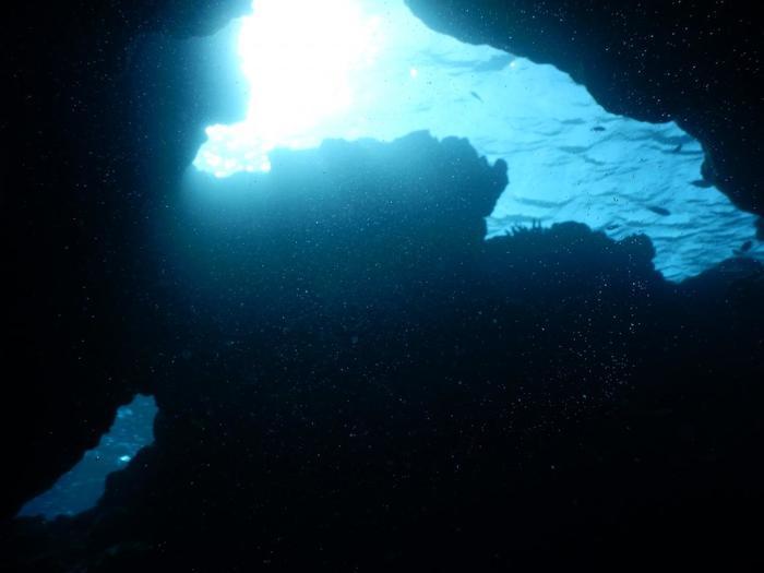 ブルーホールを、海中から撮影したもの。 巨大な穴から光が差し込み、海中には幻想的な世界が広がっています。