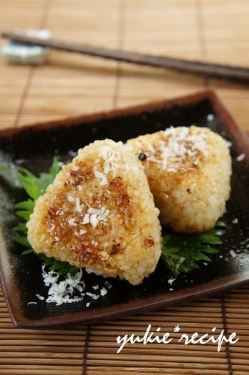 【パルミジャーノ&味噌】 チーズとみそはコクのあるもの同士でよく合うんですよ。ごはんにまぜて、握って、焼くだけの簡単レシピ。ごま油で焼いているから香ばしい◎