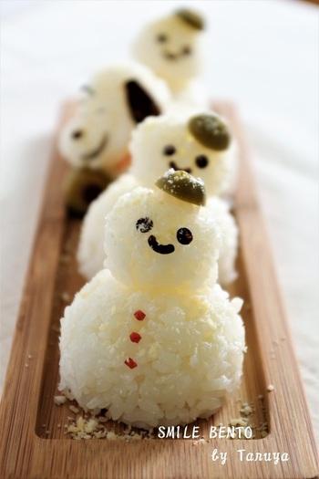かわいい雪だるま達!お子さんも喜びそうですね。よーく見るとスヌーピーも列に混じっていますよ。味付けも塩じゃなくて白だしで優しい味に。粉チーズで雪を演出♪