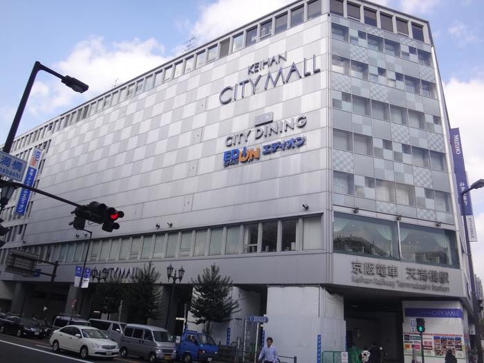 明治の終わり、天満橋の南東側に京阪電鉄・天満橋駅が開通したことで、橋の南詰め一帯が<天満橋>と呼ばれるようになりました。今は、駅直結のシティモールが、賑わう人と共に大川の流れを見つめます。 ちなみに、大阪には『天満』という駅もありますが、これは天満橋駅とは全く別の場所、別の沿線ですのでご注意! 「ややこしいけど、間違えんよぉにね」