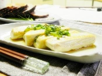 塩豆腐のおいしさを堪能するならは、ステーキなどもおすすめ。豆腐に塩味がついていますので、あとはシンプルな味付けで簡単にできます。おかずにも、おつまみにも合いますよ。