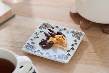 手に取りたくなる小柄なサイズ感がお茶菓子をのせるととても上品です。しっとり大人のティータイムをより心地良い時間にしてくれますね。
