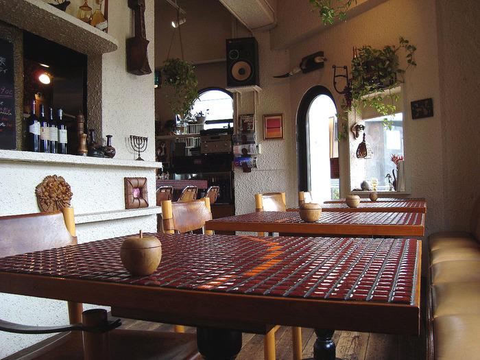 『Calvados(カルヴァドス)』は、リンゴが原料のフランス産のお酒の名前。だからでしょうか?可愛いのに落ち着いた雰囲気の店内には、リンゴの装飾が見られます。リンゴのような赤色をしたタイル貼りのテーブルがとてもお洒落です。
