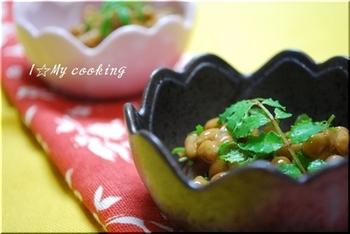 刻んだ生山椒の葉を醤油と一緒に納豆に混ぜます。ピリッとした山椒が、納豆の味にアクセントを加えてくれそうですね!