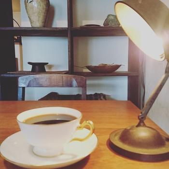 淹れたてのコーヒーの香りが満ちる中、時間の流れを忘れをしまいそうになります。