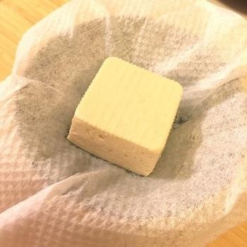 作り方は、水切りした豆腐に味噌などの調味料をまぶし、二晩程度置くだけ。味噌床にお酒を入れるレシピもありますが、紹興酒や焼酎にかえてもおいしいそうです。