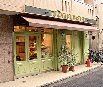 外観もすてきな「ユウ ササゲ」。 こちらは三軒茶屋の人気パティスリー「Plaisir(プレジール)」のシェフを務めていた捧雄介さんがOPENしたお店。  ショーケースにはやさしい色味のケーキが並びます。グリーンの扉が目印ですよ。
