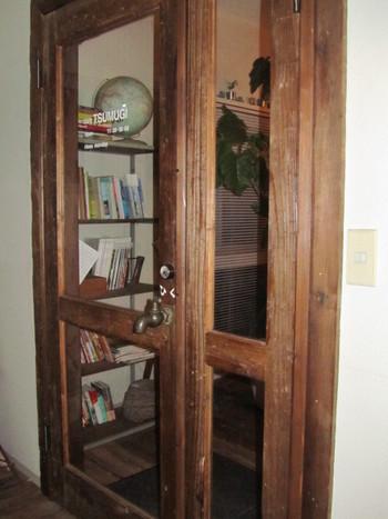 """一軒家の階段を上り、2階へ。入口のドアの取っ手は、なんと""""蛇口""""という遊び心が素敵です。"""