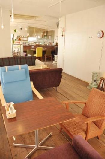 木の温もりあふれる店内には、オーナーが世界各地から集めた個性的な家具や雑貨が勢揃い! カウンターには北欧風のヴィンテージチェアが並んでいます。