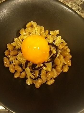 塩昆布、わさび、えのき、醤油などで色んな風味をプラス!卵黄が加わることでマイルドな味わいになって美味しそうですね。