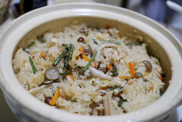 最近では山菜や黒豆、栗など様々な具材が入れられて季節感を感じるおこわもたくさんあります。そんな、具材が工夫されたおこわですが、もち米がなくても実は「お餅」で代用できるんです。そこで、お餅から手軽に作れる美味しいおこわレシピをまとめてみました。