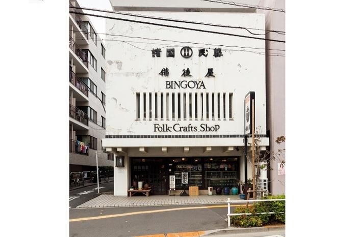 大江戸線・若松河田駅のすぐ前。昭和36年(1961年)創業。地下1階・地上5階建ての建物いっぱいに、全国の多彩な手仕事が揃います。海外からのお客さんも多く、商品タグには英語の表記も。
