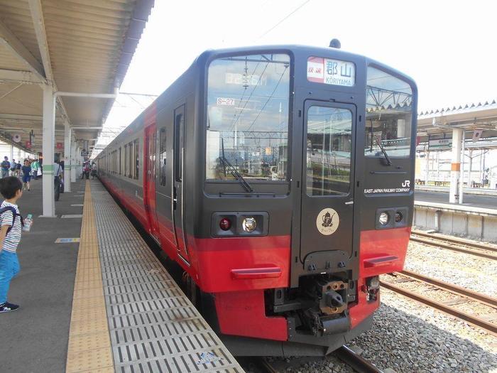 「フルーティアふくしま」は、フルーツ王国・福島らしくスイーツに力を入れた観光列車で、コンセプトは「走るカフェ」。自由に使えるカフェカウンターやくつろぎのボックスシートなど、多彩な過ごし方ができる座席が用意された観光列車です。