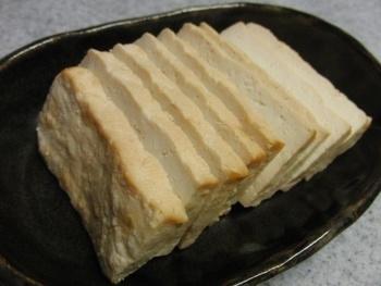こちらは、豆腐の味噌漬けをなんと麦茶で燻したもの。スモークチーズのような香ばしくて深みのある味わいが楽しめます。水切りをしっかりすると、よりスモーキーになるようですよ。