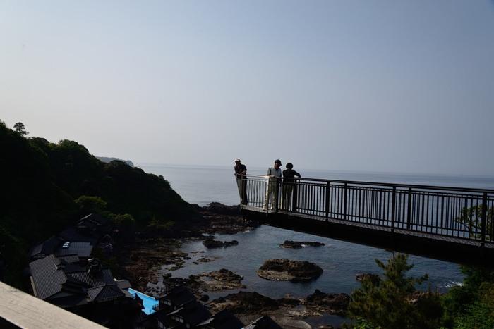 能登半島北東端の岬を一望できる空中展望台。崖から9.5mも突き出ていて、その長さは世界ベスト3にランクインするほど!昼間も目が覚めるような絶景ですが、夜はランプに照らされた幻想的な景観が楽しめます。