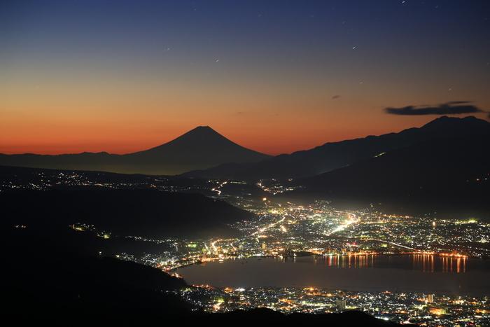 高ボッチの魅力は、何と言っても美しい景色。諏訪湖全景と富士山、街の煌きが一望できるのはここだけなんです!天候や時間帯により全く違った表情が楽しめるため、何度も通う人も多いそう。