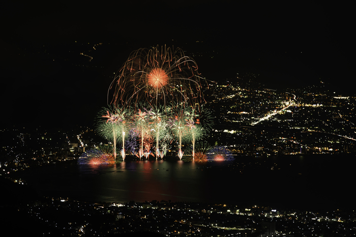 また諏訪湖花火大会鑑賞の穴場でもあります。毎年50万人が訪れる日本有数の大会を、高台からゆったり見られる密かな特等席!(※2015年の開催は8月15日)
