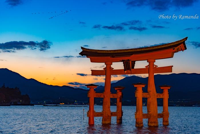 宮島のシンボルである海中の大鳥居も見逃せません。夕陽に照らされ浮かび上がるその姿は何とも荘厳。パワースポットとしても有名な厳島、心と体のエネルギー充填にもぴったりの観光スポットです。