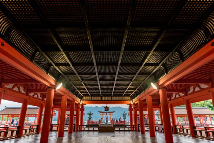 """神社の内側も感動的な美しさ。参拝入口をくぐると、静まり返った神域の厳かな空気が全身を包み込みます。""""日本ならではの美""""を存分に堪能できる圧巻の境内です。"""