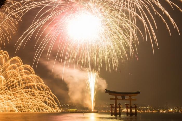 また日本花火百選の中でもトップクラスの人気を誇る「宮島水中花火」も見どころ。100発もの水中尺玉が見られるのはここ宮島だけ!(※2015年の開催は8月11日)