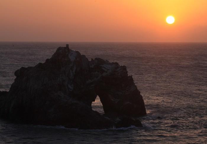 こちらは「日出の石門」と呼ばれる、2億年もの歳月をかけ波の力で作られた奇石。この岩と日の出のコラボレーションは、息が詰まるほど壮大でロマンチック。