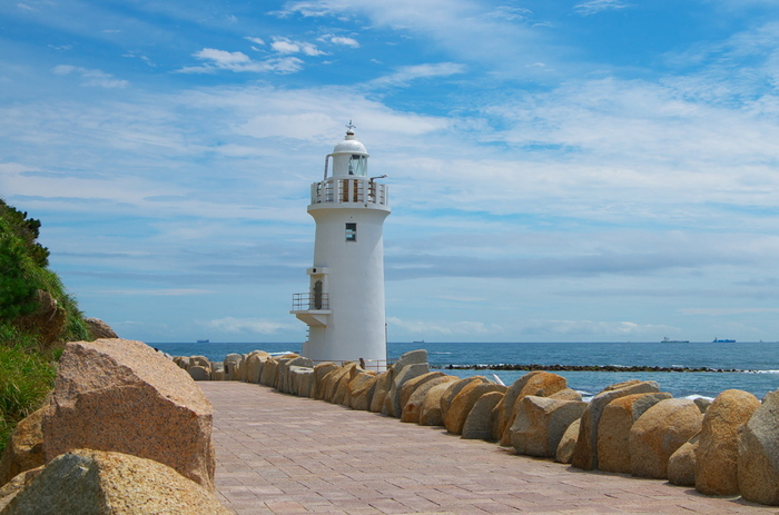 """島の最先端に立つ伊良湖(いらご)岬灯台。恋人達のプロポーズにふさわしい場所として、恋路ヶ浜と共に""""恋人の聖地""""にも認定されています。港に戻る船の指標として安全を守り続け、「日本の灯台50選」にも選ばれた島のシンボルです。"""
