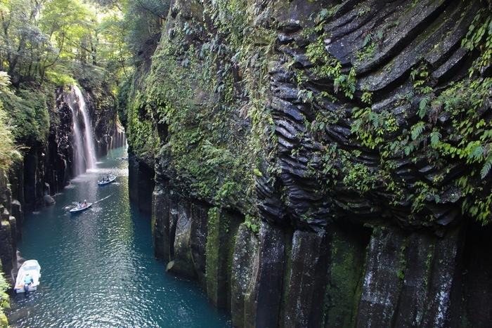 """こちらで欠かせないレジャーは貸しボート。""""高千穂三橋""""と呼ばれる風情が違う3つの橋や、最大100mの断崖に生い茂る緑を見上げれば、思い切り深呼吸したくなるような爽快な気分になること間違いなし!"""