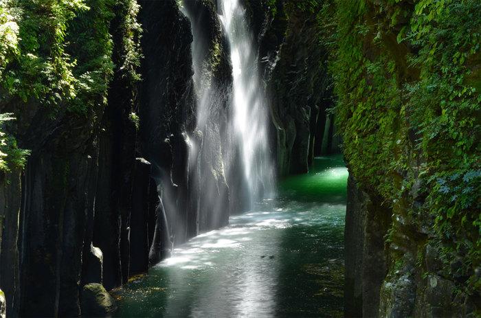 阿蘇山の噴火で出来た、全長約7kmにもわたる宮崎県の渓谷。自然が生んだ雄大な景観が楽しめます。写真は「日本の滝百選」にも選ばれた真名井の滝。運が良ければ虹が見られる日も♪