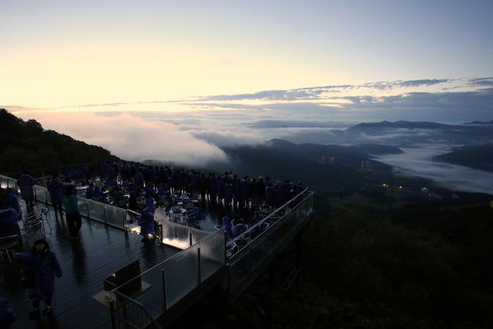 """最後は""""絶景""""を紹介する上で欠かせない、北海道トマムの雲海テラス。6月~9月に50%弱の確率で出現する雲海を間近で見下ろせる、天空のカフェです。時間帯は発生率の高い早朝がオススメ。"""