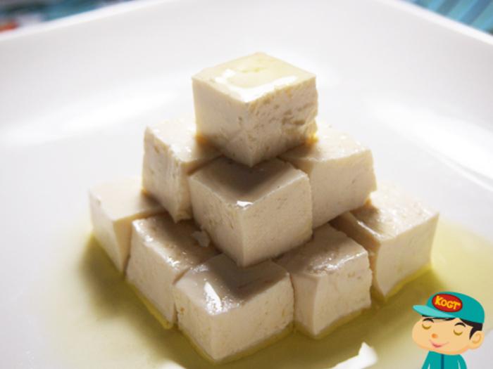 豆腐のオリーブオイル漬けもおすすめ。水切りした豆腐を、塩やハーブなどとともにオリーブオイルに漬け込みます。生ハムや黒オリーブなどとともにフィンガーフードにしたり、バゲットに塗ってもおいしい!食前酒のおともにもぴったりです。
