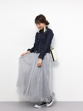 春アウター定番のデニムジャケットを合わせてトレンド感のあるコーデに。スカートにボリュームがあるので、コンパクトなジャケットを選んですっきりと着こなすのがおすすめです。