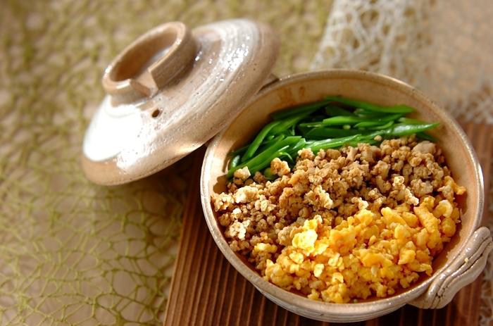 お肉の代わりに冷凍豆腐をそぼろ状にした三色丼。ダイエット中の方などにもおすすめ。さっぱりとしたおいしさです。