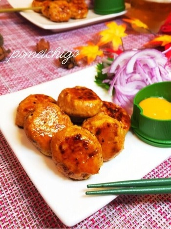 つくねやハンバーグの生地に冷凍豆腐を入れても、ふんわりとした食感に。冷凍豆腐を使えば、豆腐の水切りをするよりも簡単です。