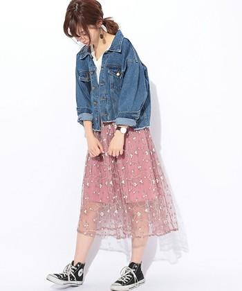 スタンダードなチュールスカートでは物足りないという方は「刺しゅうデザイン」が施されたスカートはいかが? お花の刺しゅうが春気分を盛り上げてくれます。甘くなりすぎるのを避けたい方は、大きめのデニムジャケットを合わせてカジュアルに。