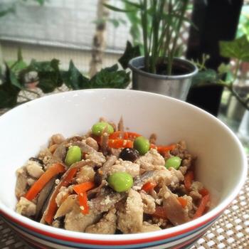 冷凍豆腐なら、水切りといってもギュッと絞るだけ。そのまま炒り豆腐にも使えて、とても便利です。味もよくしみておいしいですよ。