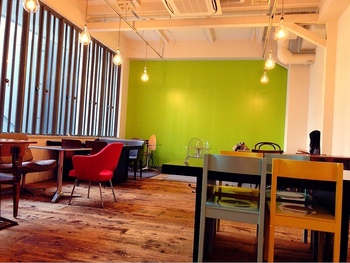 モードな空間にナチュラルなテーブルやイスが並ぶ、おしゃれカフェです。