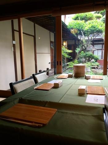 喫茶室は畳の上に椅子とテーブルという設えで、正座が苦手な方でも楽にくつろげます。屏風や掛け軸など、品の良い調度品がちりばめられた室内からは緑豊かなお庭を眺めることができ、ゆったりしたひとときを楽しめますよ。