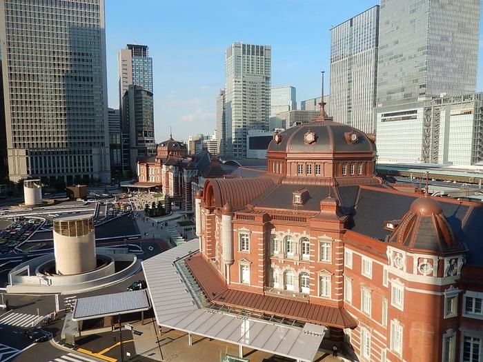 外から見た東京駅。煉瓦作りの駅舎もとてもフォトジェニック。 大切な想い出として是非カメラに収めておきたいですね。