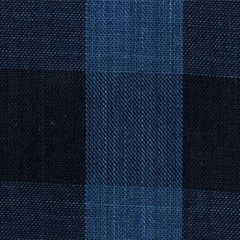 「松阪木綿」は、松阪市の無形民俗文化財に指定されている伝統的な民芸品。その特徴は「松阪縞」と呼ばれる縦縞模様。正藍染の糸を使った、深みのある藍色も魅力的です。