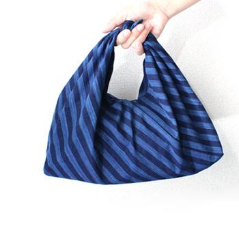 「丸川商店」は、デザイナーである、丸川竜也さんが主宰を努めるデザイン会社の、社内ブランドとして2008年に誕生。三重県松坂市の伝統工芸である「松阪木綿」を使って、様々な商品を展開しています。そのなかでも「あづま袋」は人気アイテムのひとつ。
