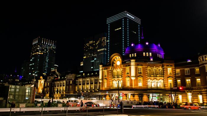 夜ライトアップされた姿も美しい東京駅駅舎。12月に開業100周年を迎える東京駅。 100周年イベントも続々と予定されているらしく、これからも楽しみですね♪