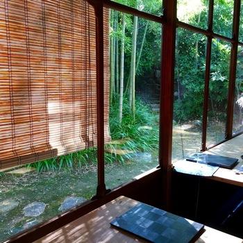 喫茶室はお座敷の窓いっぱいに、涼しげな竹林が広がります。素材にこだわったぜんざいやあんみつ、抹茶やきなこのパフェなど、お品書きはどれも一度はいただいてみたいものばかり。上質なお茶や和菓子の数々にファンがたくさんいらっしゃいます。