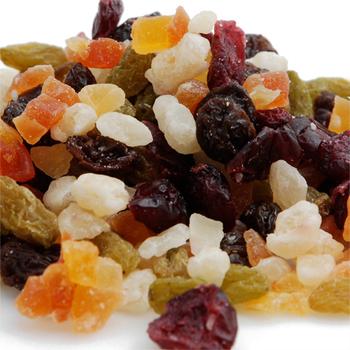 ドライフルーツは果物を乾燥させたもの。ドライフルーツはフレッシュなフルーツに比べて長期保存が効くので、買い置きしておけば食べたい時に簡単に食べられるのもメリットの一つです。