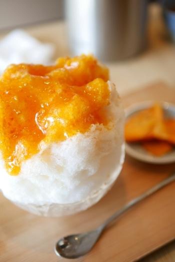 法隆寺店さんで提供されているその名も「柿氷」は、文字通り柿を使ったシロップで話題を集めています。奈良県産の富有柿を糖蜜に漬けて粗目につぶしたシロップは、果肉感も残る濃厚なジャムのよう。強い甘みととろみがあって、柿そのものの美味しさが凝縮されていると評判です。