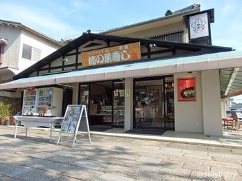 奈良の名物、柿の葉ずしの老舗である「平宗」さんは、法隆寺の参道沿いに法隆寺店を構えていらっしゃいます。名前だけなら誰もが知っている法隆寺は、実際に訪れてみると、静寂に満ちて広々と美しい境内に感銘を受ける方が多い名刹です。ゆっくりと散策を楽しんで、歩き疲れたらこちらのお店で一服してみてはいかがでしょうか。