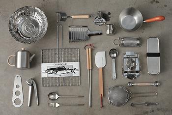 使いやすくてシンプルで、見せたくなるようなキッチンツールをお探しの方におすすめしたいのが「工房アイザワ」さん。主役にはならないけれど、あったらいいなと思えるツールを10点、ご紹介します。