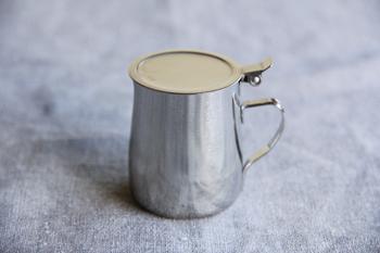 手のひらサイズでフタ付きなのが嬉しいハチミツカケは、ミルクやシロップを入れるのにも便利です。ホコリが入らず、中身が残ったらそのまま冷蔵庫に保管できます。